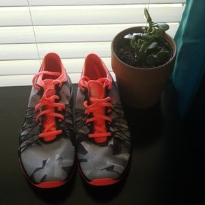 Womens size 9 Nike Training Dual Fusion Hit